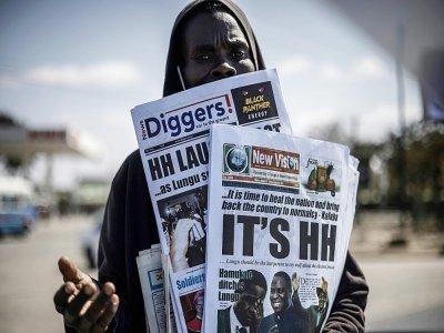 Un vendeur de journaux annonçant la victoire de l'opposant Hakainde Hichilema à la présidentielle en Zambie, à Lusaka, le 16 août 2021    MARCO LONGARI [AFP]