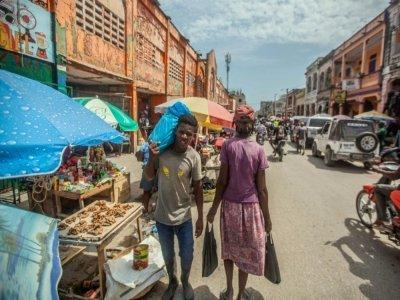 Une rue animée de la ville des Cayes, le 23 août 2021, dix jours après le séisme qui a frappé Haïti    Richard Pierrin [AFP]