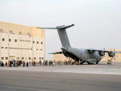 Des Afghans débarquent d'un avion militaire français Airbus A400M à la base aérienne 104 d'Al Dhafra, le 23 août 2021 aux Emirats arabes unis    BERTRAND GUAY [AFP]