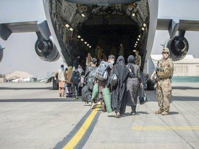 Des Afghans montent à bord d'un Boeing C-17 de l'US Air Force, le 23 août 2021 à l'aéroport de Kaboul    Samuel RUIZ [US MARINE CORPS/AFP]