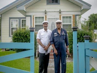 Angelo Bernard (d) et son frère Byron (g), le 12 août 2021 à Reserve, en Louisiane    Emily Kask [AFP]