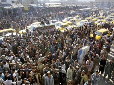 Une foule d'Afghans réunie devant un cinéma de Kaboul, le 19 novembre 2001, après le renversement des talibans par l'intervention militaire des Etats-Unis    ALEXANDER NEMENOV [AFP/Archives]