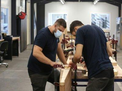 Des salariés de Aura Aéro travaillent sur le concept d'un avion sans émission de CO2 dans l'atelier de l'entreprise à Cugnaux, près de Toulouse, le 24 août 2021    Fred SCHEIBER [AFP]