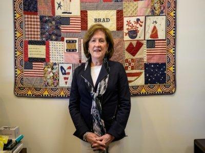 Mary Fetchet devant une couverture en patchwork réalisée en hommage aux victimes du World Trade Center, le 10 juin 2021 à New Canaan, dans le Connecticut    Angela Weiss [AFP/Archives]