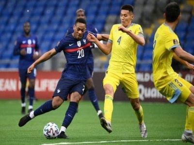 L'attaquant de l'équipe de France Anthony Martial, aux prises avec le défenseur kazakh Temirlan Yerlanov, lors du match de poule comptant pour les qualifications pour le Mondial 2022, le 28 mars 2021 à Nour-Soultan    FRANCK FIFE [AFP/Archives]
