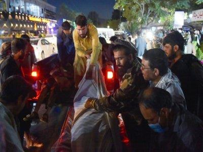 Evacuation de personnes blessées après les explosions près de l'aéroport de Kaboul, le 26 août 2021    Wakil KOHSAR [AFP]