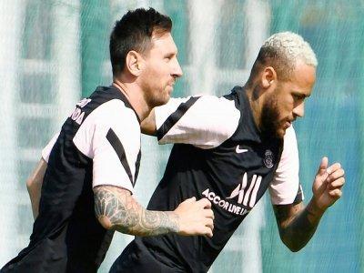 Les attaquants du Paris Saint-Germain, Lionel Messi et Neymar, lors d'un entraînement, le 13 août 2021 au Camp des Loges à Saint-Germain-en-Laye    Bertrand GUAY [AFP/Archives]