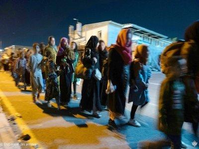 Photo diffusée par l'Etat-major français des Armées le 26 août 2021 montrant des Afghans attendant de monter à bord d'un avion militaire français, à l'aéroport de Kaboul    - [Etat Major des Armées/AFP]