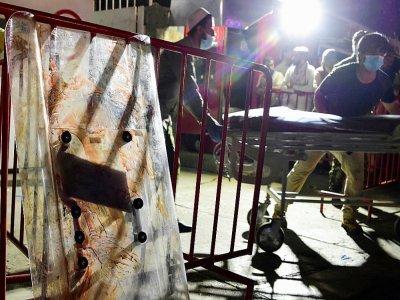 Des soignants apportent un brancard pour transporter des blessés après un double attentat suicide à l'aéroport de Kaboul, le 26 août 2021 en Afghanistan    Wakil KOHSAR [AFP]
