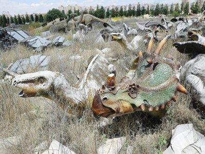 """Des statutes de dinosaures au parc """"Wonderland Eurasia"""" à l'abandon, le 5 juillet 2021 à Ankara, en Turquie    Adem ALTAN [AFP]"""
