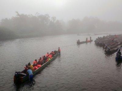 Des migrants sont transportés en pirogue du village de Bajo Chiquito à celui de Lajas Blancas, dans la province du Darien, le 23 août 2021 au Panama    Ivan PISARENKO [AFP]