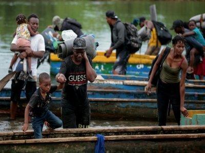 Des migrants arrivent en pirogue au village de Bajo Chiquito, dans la province du Darien, le 22 août 2021 au Panama    ROGELIO FIGUEROA [AFP]
