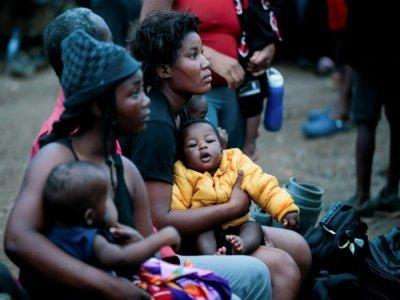 Des migrantes et leurs enfants au village de Bajo Chiquito, dans la province du Darien, le 22 août 2021 au Panama    ROGELIO FIGUEROA [AFP]