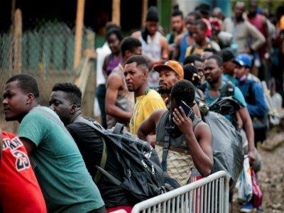 Des migrants font la queue pour se faire enregistrer à leur arrivée au village de Bajo Chiquito, dans la province du Darien, le 22 août 2021 au Panama    ROGELIO FIGUEROA [AFP]
