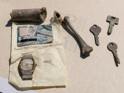 Diane et Kurt Horning, qui ont perdu leur fils Matthew le 11 septembre 2001 dans l'attaque du World Trade Center, montrent des objets trouvés sur le site de Fresh Kills, le 15 juin 2021 à Jersey City    Angela Weiss [AFP]
