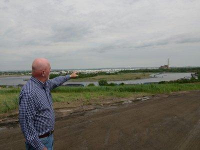 Dennis Diggins montre le canal emprunté par des barges en 2001 pour apporter les débris du World Trade Center sur le site de Fresh Kills, le 28 mai 2021 à Staten Island    Angela Weiss [AFP]