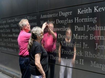 Diane et Kurt Horning, parents de Matthew disparu le 11 septembre 2001 dans l'attaque du World Trade Center, cherchent le nom de leur fils à l'Empty Sky Memorial, le 15 juin 2021 à Jersey City    Angela Weiss [AFP/Archives]
