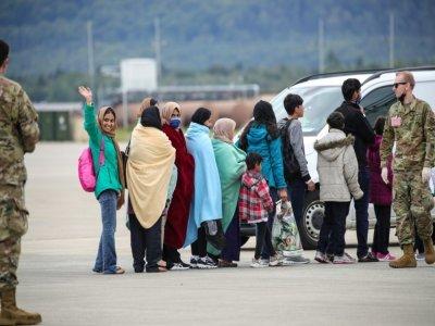 Des réfugiés afghans s'apprêtant à monter dans l'avion les évacuant vers les Etats-Unis, après quelques jours passés sur la base aérienne américaine de Ramstein, en Allemagne, le 26 août 2021    Armando BABANI [AFP]