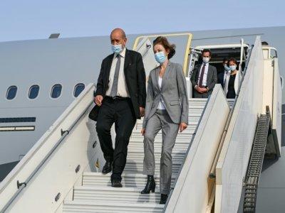 Le chef de la diplomatie française Jean-Yves Le Drian (G) la ministre des Armées Florence Parly arrivent à la base 104 d'Al Dhafra, près d'Abou Dhabi le 23 août 2021    BERTRAND GUAY [AFP]