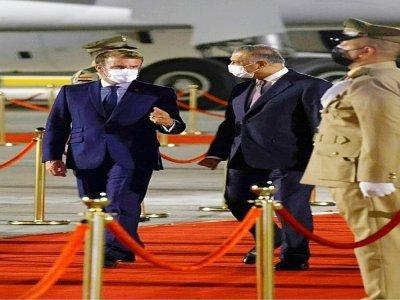 Le président français Emmanuel Macron (G) est accueilli à l'aéroport de Bagdad par le Premier ministre irakien Mustafa al-Kadhemi avant une conférence régionale    Ludovic MARIN [AFP]