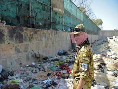 Un combattant taliban monte la garde sur le site de l'attentat près de l'aéroport de Kaboul, le 27 août 2021    WAKIL KOHSAR [AFP]