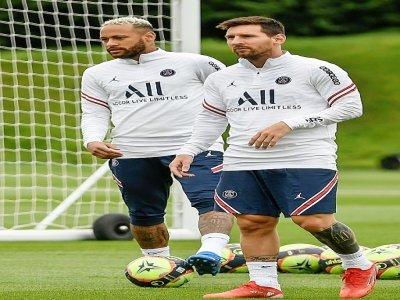 Les joueurs du Paris Saint-Germain, le Brésilien Neymar (gauche) et l'Argentin Lionel Messi prennant par à un entraînement le 19 août 2021 au Camp des Loges à Saint-Germain-en-Laye - BERTRAND GUAY [AFP/Archives]