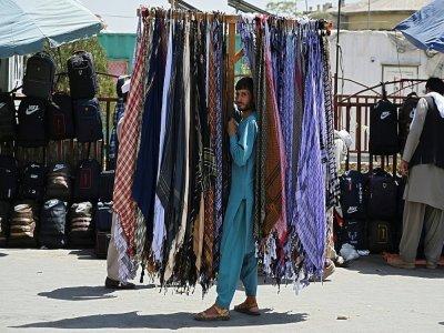 Vendeur de foulards sur un marché de Kaboul le 28 août 2021 - Aamir QURESHI [AFP]