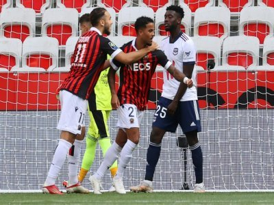 L'attaquant de Nice Justin Kluivert (c) félicité par son coéquipier Amine Gouiri (g) après son but contre Bordeaux, le 28 août 2021 à Nice    Valery HACHE [AFP]