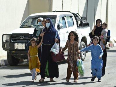 Une Afghane avec ses enfants se dirige vers l'entrée de l'aéroport de Kaboul, le 28 août 2021 - WAKIL KOHSAR [AFP]