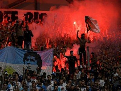Des supporters marseillais allument des fumigènes lors du match contre Saint-Etienne, le 28 août 2021 à Marseille    Nicolas TUCAT [AFP]