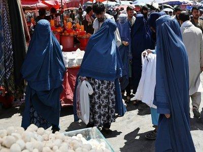 Des femmes en burqa dans un marché du centre de Kaboul, le 28 août 2021    Aamir QURESHI [AFP]