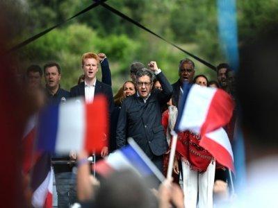 Jean-Luc Mélenchon, avec notamment à ses côtés Adrien Quatennens, député de La France insoumise, à  Châteauneuf-sur-Isère, le 29 août 2021    OLIVIER CHASSIGNOLE [AFP]