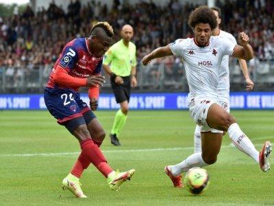 L'attaquant de Clermont Jodel Dossou (g) face au défenseur de Metz Matthieu Udol, le 29 août 2021 à Clermont-Ferrand    THIERRY ZOCCOLAN [AFP]