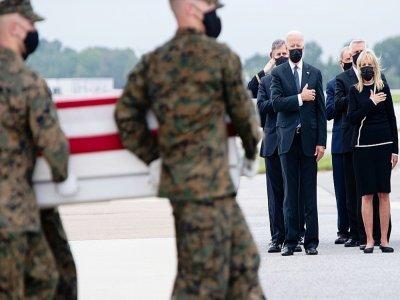 Le président américain Joe Biden rend hommage aux soldats américains tués dans un attentat à Kaboul, le 29 août 2021 sur la base aérienne de Dover, dans l'Etat du Delaware    SAUL LOEB [AFP]