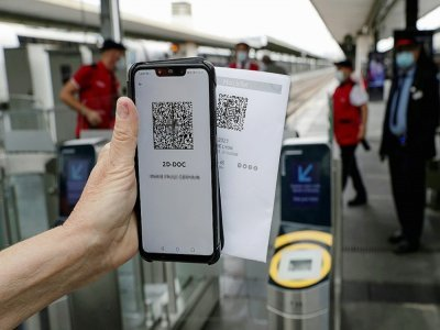 Un passager présente son pass sanitaire et son billet de train à la gare de Lyon à Paris le 9 août 2021    GEOFFROY VAN DER HASSELT [AFP]