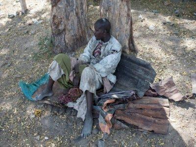 Un Nigérian qui a fui les violences jihadistes de Boko Haram, à l'entrée d'un camp pour personnes déplacées dans l'Etat de Borno, au Nigeria, le 8 décembre 2016    STEFAN HEUNIS [AFP]