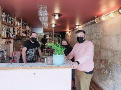 Loulou, Basile, Antoine et Julien ont pu ouvrir leur bar le 25 juillet, après 10 mois de travaux, au 45 rue Saint-Sauveur.    Mathieu Marie