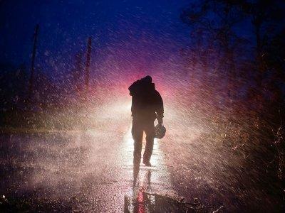 Le chef des pompiers de Montegut, Toby Henry, sous la pluie battante alors que l'ouragan Ida a touché terre dans le Sud des Etats-Unis, à Bourg en Louisiane le 29 août 2021    Mark Felix [AFP]
