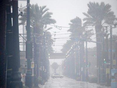 Une voiture sur la route pendant l'ouragan Ida à La Nouvelle Orléans, en Louisiane, le 29 août 2021    Patrick T. FALLON [AFP]
