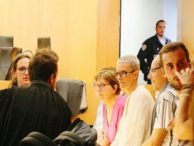 Nathalie Barré, lors du procès aux assises du Calvados de Sylvain Jouanneau, en juin 2015. À gauche, son avocate, Aline Lebret.