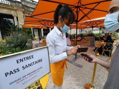 Contrôle du pass sanitaire à l'entrée d'un restaurant de Bordeaux (sud-ouest de la France), le 18 août 2021    MEHDI FEDOUACH [AFP/Archives]
