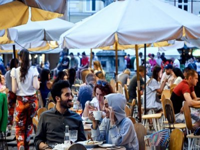 Des touristes des Pays du golfe à la terrasse d'un café, le 15 août 2021 à Lviv, en Ukraine    Sergei GAPON [AFP]