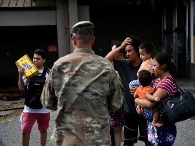 Un militaire échange avec des habitants de Laplace après le passage de l'ouragan Ida, le 30 août 2021    Patrick T. FALLON [AFP]