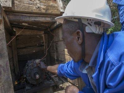 Electricien autodidacte, Colrerd Nkosi inspecte le 23 août 2021 la petite centrale hydro-électrique artisanale qu'il a construite pour éclairer son village de Yobe Nkosi, dans le Nord du Malawi    AMOS GUMULIRA [AFP]