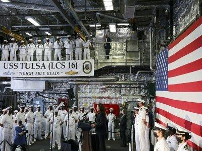 La vice-présidente américaine Kamala Harris s'adresse aux marins du navire USS Tulsa à Singapour pendant une tournée en Asie, le 23 août 2021    EVELYN HOCKSTEIN [POOL/AFP/Archives]