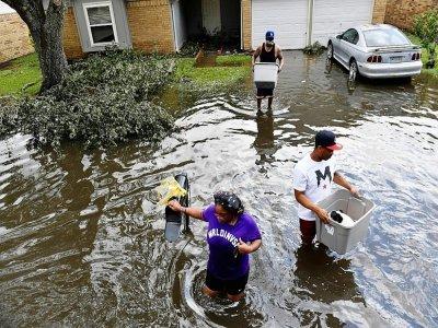Des habitants évacuent leur maison inondée après le passage de l'ouragan Ida, le 30 août 2021 à LaPlace, en Louisiane    Patrick T. FALLON [AFP]