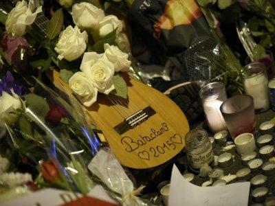 Une guitare a été déposée devant le Bataclan, à Paris, en hommage aux victimes, le 15 novembre 2015    Franck FIFE [AFP/Archives]