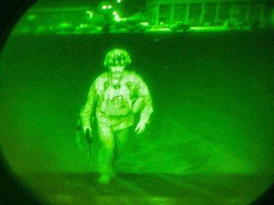 Photo fournie par l'armée américaine du général Chris Donahue, commandant de la 82e division aéroportée et dernier militaire américain à quitter l'Afghanistan, embarquant dans un avion C-17 à l'aéroport de Kaboul, le 30 août 2021    Jack Holt [US Central Command (CENTCOM)/AFP]