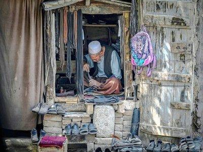 Un cordonnier répare une chaussure dans sa boutique, à Kaboul le 1er septembre 2021    Aamir QURESHI [AFP]