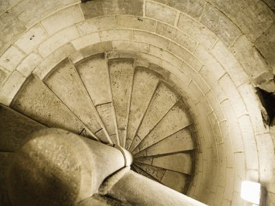 Entièrement restauré au XIXesiècle, le donjon est un monument phare de Rouen.    Metropole
